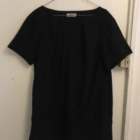 Lækker A-formet kjole med mange fine detaljer bla. lille slids i siden og lommer. Str. 40. Bytter ikke. Mødes og handle eller køber betaler fragt.