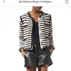 Så fin cardigan / jakke - brugt få gange Lille i str - str S passer den bedst