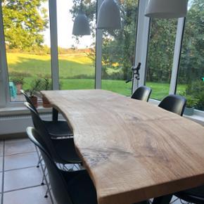 Emma Nordic Wood design spisebord i kraftig dansk egeplank, og tigsvejsede sorte pulverlarkerede stålben. Bordplade er skåret ud fra et stykke plank, håndpoleret og slebet. Planken er behandlet med Osmo olie som er ekstrem modstandsdygtig. Bredde:75 længde : 190. Sælges til spotpris! 11950,- inkl. Ben. Hvis bordben ikke ønskes med kan der trækkes 1250,- fra prisen. Bemærk! En massiv planke.