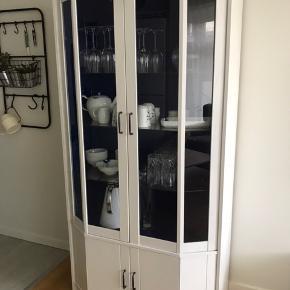 Malet vitrineskab, i hvid og mørkeblå - med glasplader✨ Skabet er todelt og kan nemt skilles ad ved evt. transport.  Kan afhentes i Odense! Kom endelig med bud🤩