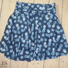 46a1f0c2375 Varetype: Prikket Silke nederdel Farve: Som foto Oprindelig købspris: 900  kr. Super