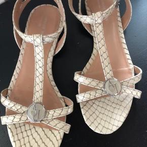 Fin sandal med ankelrem fra Armani str 38, kun brugt én gang, da de desværre er lidt for små til mig Pris idé 500kr, men byd gerne 😊