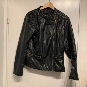 Sælger den fede PU jakke fra ONLY! Str 42 jakken fejler intet.  Køberen betaler portoen