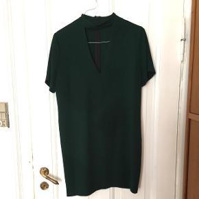 Kjole fra Zara i mørkegrøn. Str.L, men passer også M