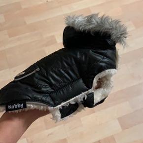 Har to af disse vinterjakker til hunde, den ene er 20 cm og den anden 23 cm. Sælges, da de er for små til min hund. Den der er 23 cm er brugt en gang. NP var 300 kr. BYD!!