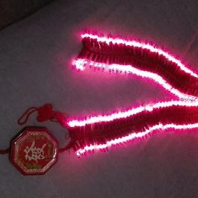 Hyggelig lyskæde som kan blinke/lyse fast, dimre og peppe festen op. 220v tilslutning. Se anden annonce, for mere info. 6 stk for 100 kr.