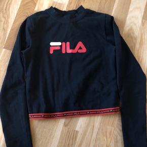 Sejeste FILA-bluse med fede detaljer. Den er en str. S, men fitter en XS. Jeg har desværre ikke fået den brugt, da den er en smule for lille til mig (jeg er normalt en S)❣️