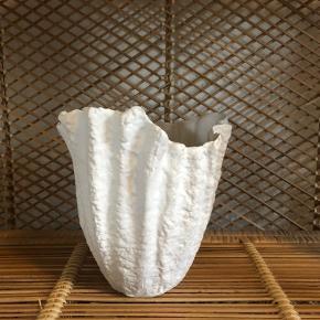 bemærk hjertet er en smule mere beige, hvor de andre vaser er hvide  hjerte-vasen er solgt