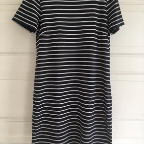 Fin stribet kjole i mørk blå og hvid str. M fra Vila Kan hentes i Århus C