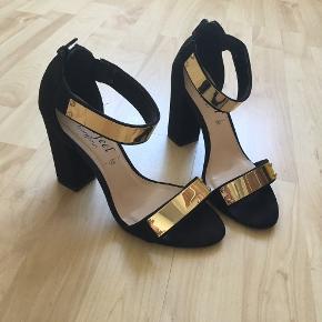 Sandaler fra New Look med 10 cm hæle.  Str. 37  Brugt men stadig i fin stand, da hælene ikke er særlig slidte.  Kan afhentes i Aarhus C eller sendes på købers regning ✨ Fra røg- og dyrefrit hjem 🚭