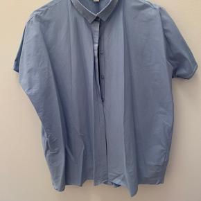 Lyseblå, oversize bomuldsskjorte fra COS