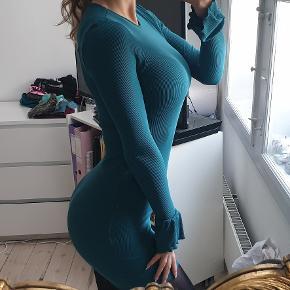 Grøn blå bodycon kjole, den har flagremus ærmer som ses str small den er ikke brugt jeg er 171cm høj  den sælges for 140kr eller 180kr sendt med DAO
