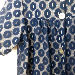 Smuk vintage kåbe/jakke/kjole i to lag, det yderste er en slags blonde. Kunne være lavet af Baum&Pferdgarten. Fin som kjole, løs eller med bælte, eller over bukser. Pris 265 inkl porto.