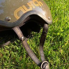 Der er ridser på hjelmen, og en lille revne i kanten, dog brugbar. Det er en størrelses small.