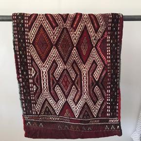 FLYTTESALG - SÆLGES BILLIGT!   Flot tæppe/betræk købt i Tyrkiet for mange år siden. Kan blive til aflang pude. Flotte farver, kraftige materialer og god stand. Har aldrig brugt det, og har ligget tørt og indpakket.  Kan sendes