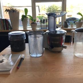Brugt, velholdt Kitchenaid slow juicer (5KSM1JA). Der er en mindre revne i High pulp filteret.