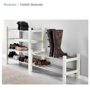 95,- pr styk Købspris 179,- pr stk (716,- ialt for de 4)  • Der er 4 skohylder i hvid fra IKEA • Ingen brugstegn  • Plads til 8 par sko pr. hylde (24 par ialt på de 4) • Kan skrues sammen 2 og 2, så de ikke glider fra - dette er gjort (det sølv stykke metal), men kan skjules, hvis man kun vil købe 1, da det kun er gjort på den ene side - så det kan fjernes og bare vendes rundt.  • Kan afhentes i Viby J.