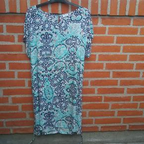 """Mønstret Fransa kjole str. L med """"bælte""""  🌞 Ved køb af flere ting. Skriv til mig inden du vælger køb nu. Så samler jeg det sammen i en pakke og en porto 🌞"""