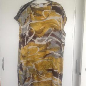 Varetype: Kjole Størrelse: 44 Farve: Gul mønstret Prisen angivet er inklusiv forsendelse.  Fin kjole i silkelignende stof 100% polyester