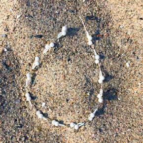 Lille, yndig perlekæde med hvide perler.  Fin og sommerlig. Passer også perfekt til konfirmations- eller brudekjolen.  Længde ca. 42 cm.  Længden gør, at kæden kan bruges både som halskæde eller dobbelt armbånd   Jeg har flere designs og farver fra denne håndlavede, unika Baum auf Samsøe-kollektion, spørg meget gerne.  1 halskæde koster 43 kr. 2 halskæder fra Baum auf Samsøe koster 65 kr. 3 halskæder fra baum auf Samsøe koster 88 kr. = kun 29,33 kr. stykket. + evt. porto.  Kan afhentes på Frederiksberg.
