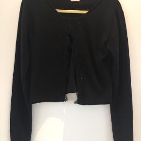 Skøn cardigan i cashmere og silke - den grå er for at vise stylen - min er sort - kan lukkes med en hægte øverst