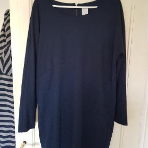 Flot langærmet marineblå blondekjole i 96% polyester/4% elestan. 15cm lynlås i nakken. Kun brugt et par gange.  Mål Længde: 90cm Bredde: 55cm