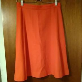 Flot rød nederdel i A form. Stoffet er lidt kraftigt og holder formen flot. Str. 38