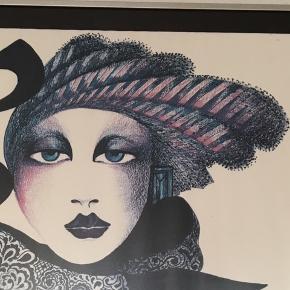 Retro 80'er dame med hat i refleksfri glas og ramme. Hun skal muligvis rettes en smule ud, ved at ligge et ekstra stykke papir indeni rammen. Ses dog kun tæt på. Mål kommer.