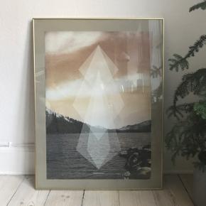 Geolake plakat i glas med messingramme. Mål, plakat 50x70. Mål ramme: 60x80. Nypris plakat: 325;- nypris ramme: ca. 400,-Sælges samlet for 200,-