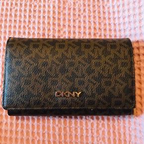 Sælger min lækre DKNY pung 🌸💖 den er i super go stand, fejer ingen ting ! Den er super rumlig, så der er plads til en masse ☺️