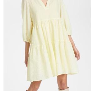 Sælger denne fine kjole fra mærket Karen By Simonsen  Jeg har kun brugt den 1 gang, til en familie fødselsdag, og derfor er den også kun vasket 1 gang.   Billede nr. 2, er bare for at vise den rigtige farve bedre.   Sælges da jeg ikke føler den er mig alligevel.  Str. 42, men svarer til en 38-40. (inderkjole medfølger!!)  Ny pris var 899,- Men jeg sælger den til 400,- ellers kom med et byd. ☺️