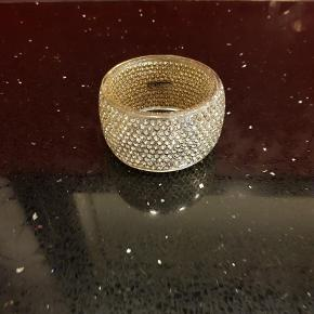 Sif Jakobs ISOLA kollektion. Smukt sølv armbånd, med swarovski krystaller indlagt i et glat lag af resin, Ca. 4,3 cm. højt. Nypris: 1499 kr. FAST pris 500 pp via MobilePay  Armbånd (500 kr) Farve: Sølv