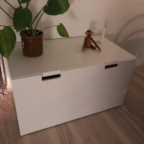 Hvid IKEA Stuva bænk med skuffe.Super fint opbevaringsmøbel, som sælges grundet pladsmangel.   Bredde: 90 cm Dybde: 50 cm Højde: 50 cm  Fejler intet, som ny. Skal hentes på 5. sal, men det kan fint klares af 2 personer, eller af 1 person som tager 2 ture op og ned af trapperne.  Kun seriøse henvendelser, tak.