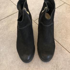 """Lækker ruskindsstøvle med hæl, """"slid"""" foran og bagpå skal være der, modellen er lavet sådan... Brugt minimalt...  FAST PRIS KØBER BETALER FRAGT BYTTER IKKE"""