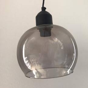 Loftslampe i gråt farvet glas fra Søstrene Grene. Inklusiv lang ledning. Er pæn med en glødepære.