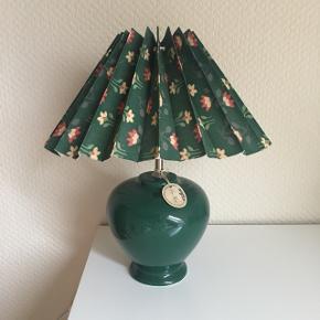 Grøn bordlampe 💚 // pris 350 kr. obs lampeskærmen medfølger ikke, men kan tilkøbes