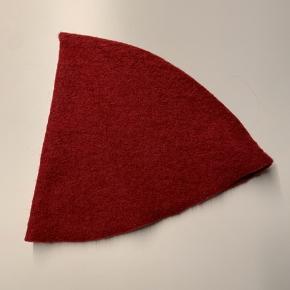 Tinka nissehue i rød filt. Hovedomkreds ca. 56 cm. Min søn på billedet er 10 år.