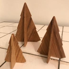 Tre smukke grantræer i teak til jul fra Trip Trap.  Lille grantræ: 6,5 x 9 cm Mellem grantræ: 9,5 x 13 cm Stort grantræ: 12,5 x 17 cm  De er aldrig brugt, blot pakket ud for at jeg kunne tage billedet :)  #Skagerak