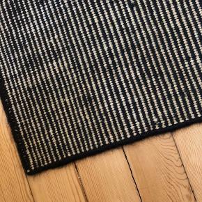"""Linie Design """"Gulvtæppe"""" i sort/hvid m. sort kant 🎎 OBS: Tæppet er i god stand, men da det har ligget i et depotrum, bør det sendes til et renseri inden brug.   Gulvtæppet har følgende mål:  300 cm. (længde) 200 cm. (bredde)   Byd gerne kan afhentes i Århus C efter nærmere aftale."""