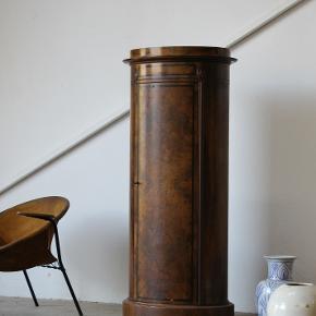 Antik  ovalt piedestalskab af nøddetræ/maghoni. Står med brugsspor.  Pris 3800,-  Reol. Vintage. Retro. Art deco. Antikt. Palisander