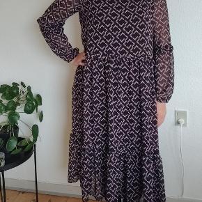 Smuk lang og let kjole fra Only. Gennemsigtig, så en underkjole eller top er nødvendig. Perfekt udenpå jeans. Rigtig god stand - ikke brugt meget.