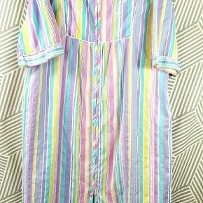 Helt fantastisk vintage kjole i de fineste pastel farver sælges! Kombination af bomuld + polyester. Kjolen er fleksibel i størrelse, hvorfor den vil passe alt fra en str. S-L. Købt i en secondhandstore til 1200kr, sælges til 550kr.