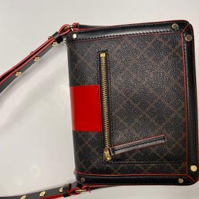 Tasken er brugt, meget midt og står derfor i virkelig flot stand.