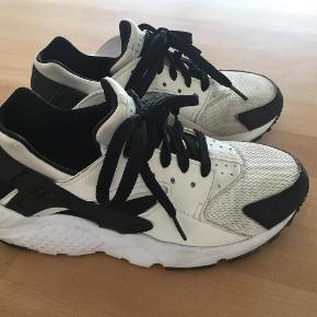 Varetype: Sko Farve: Se foto Prisen angivet er inklusiv forsendelse.  Nike Huarache de er meget små i størrelsen.  Svarer Til str. 34 (21cm.) men der står str. 36 i skoen