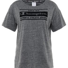 Sælger denne champion t-shirt aldrig brugt! Den er stadig i indpakning💛
