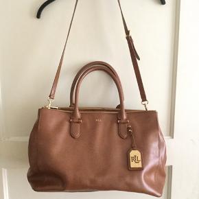 Lækker Ralph Lauren dametaske, i brunt læder sælges..   Tasken er fra sidste år, og ikke brugt ret meget..   Nypris, mål, mm, ses på sidste billede..    SE OGSÅ ALLE MINE ANDRE ANNONCER.. :D