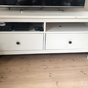 Tv-bord fra ikea. Næsten som nydt. Fejler ingenting.  Skal afhentes i Odense Gerne hurtig handel.