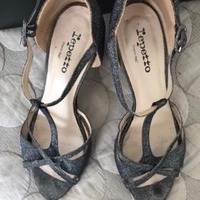 Smukke sølv sandaler. Perfekt til fest og dansegulv. Æske (lidt ramponeret) følger med. Sandalerne har lidt mærker hist og pist men er generelt i pæn stand. Pris 575 inkl