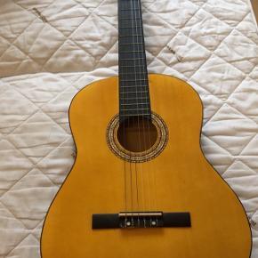 Spansk guitar. Næsten aldrig brugt, står som ny