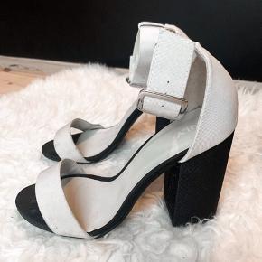 🌟Sandaletter / stilletter / højhælede sandaler  🌟De er i den forstand ikke slidt, de her været brugt én aften. De er dog beskidte, som måske er noget der kan blive renset væk. Derfor sælges de billigt.  🌟Fra ikke-ryger hjem 🌟Omrking 8cm